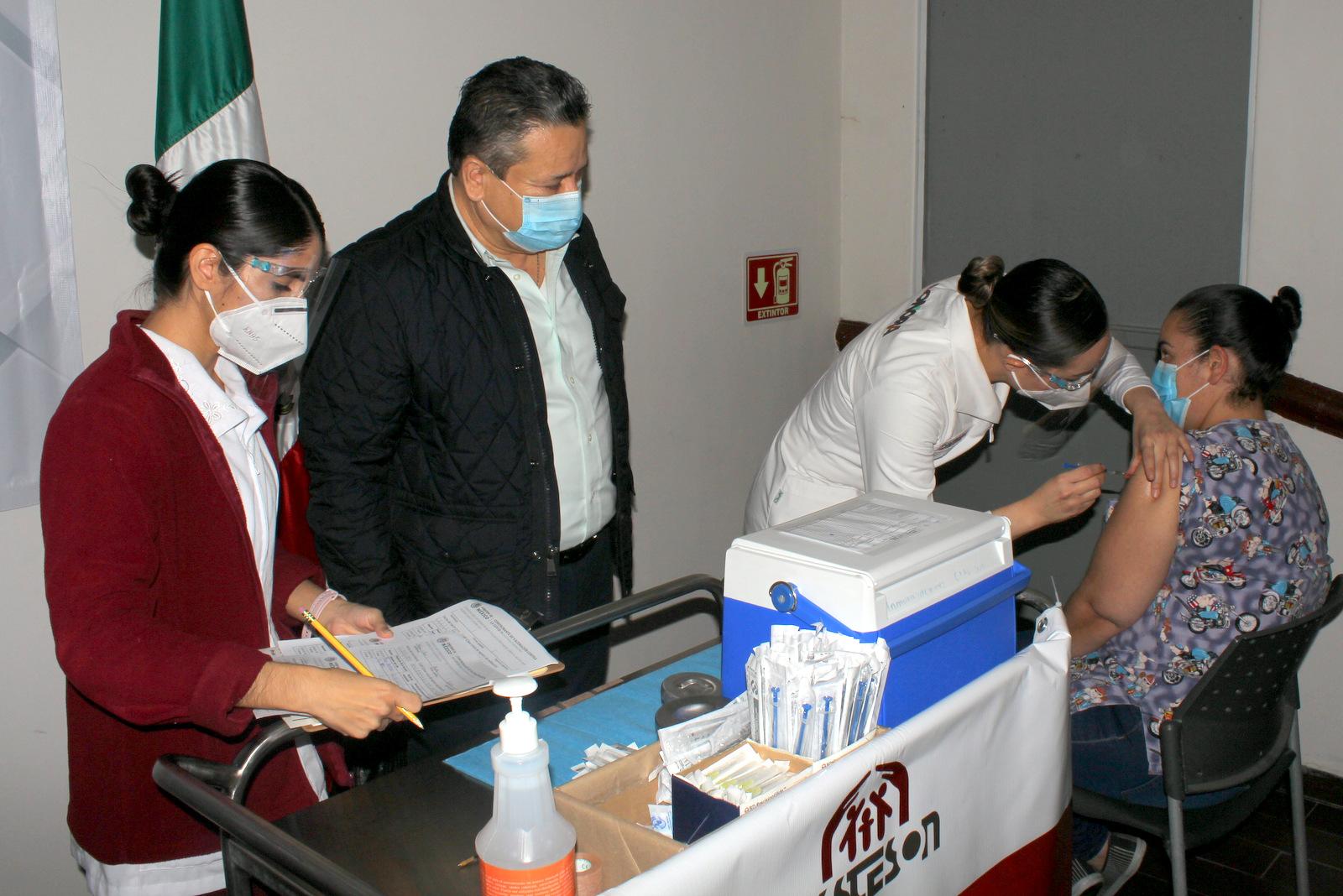 Aplica Isssteson 380 vacunas más contra COVID-19 al personal