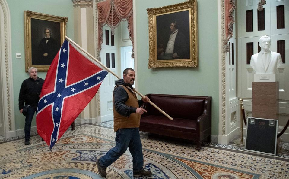 Reportan arresto de hombre que ingresó con bandera confederada ilegalmente al Capitolio