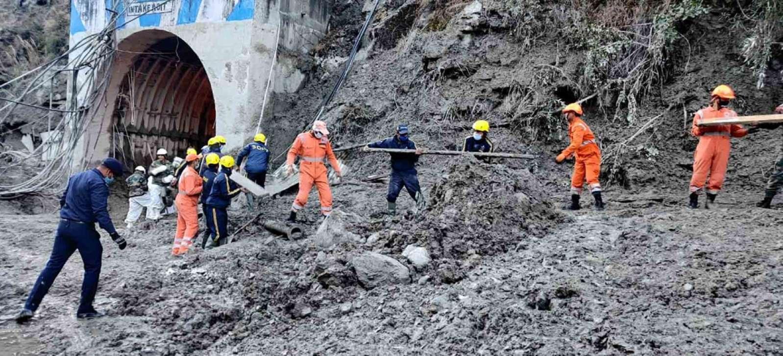 Suman 18 muertos por ruptura de glaciar en el Himalaya